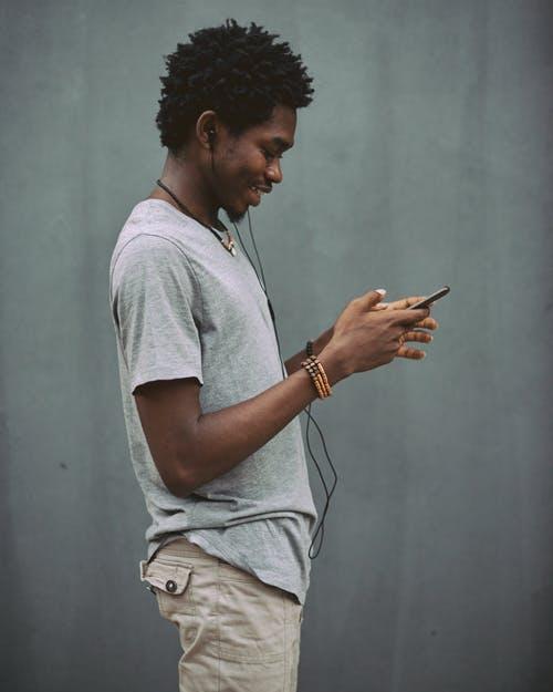 černoch s mobilem
