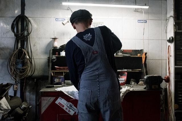 šikovný automechanik