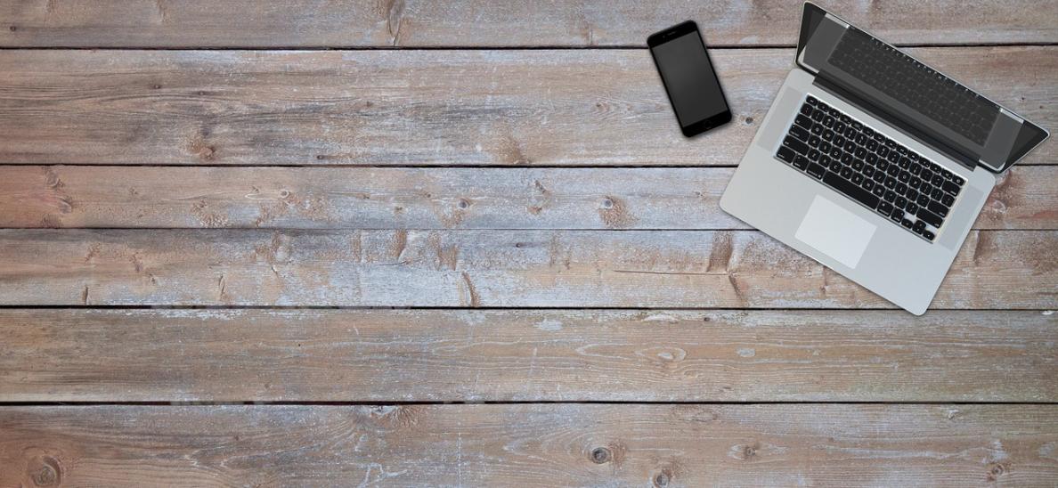 dřevo a notebook