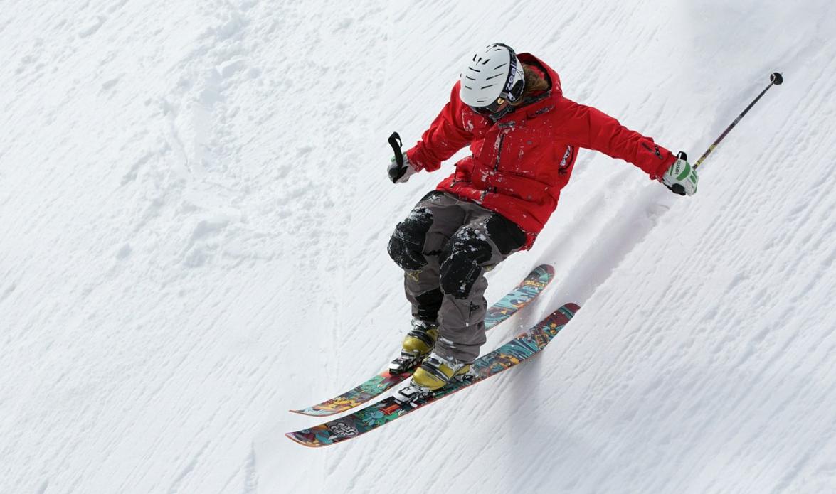 muž a lyžování